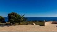 Terrasse avec vue mer et villa pieds dans l'eau en Corse