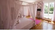 Chambre rose à baldaquin maison de maître XVIIème