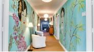 Fresque murale de portraits asiatiques ornant un couloir