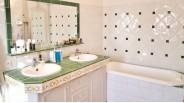 Salle-de-bain et lavabo double vasque